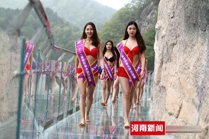 cuộc thi sắc đẹp trên cầu kính 1000m