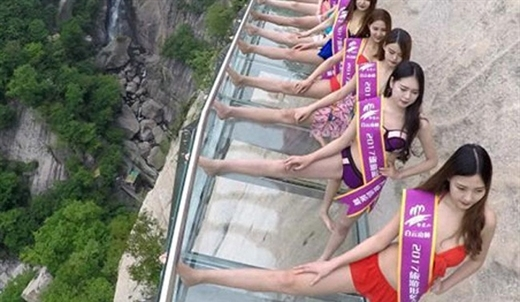 trình diễn bikini trên cầu cao