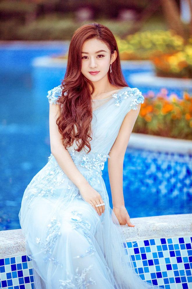 Dù ở phong cách này cô vẫn luôn xinh đẹp và quyến rũ
