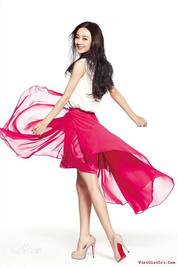 Triệu Lệ Dĩnh nổi lên từ sau khi tham gia bộ phim Tân Hoàn châu cách cách, cô nhanh chóng tạo được ấn tượng với khán giả nhờ khả năng diễn xuất tốt và gương mặt khả ái.
