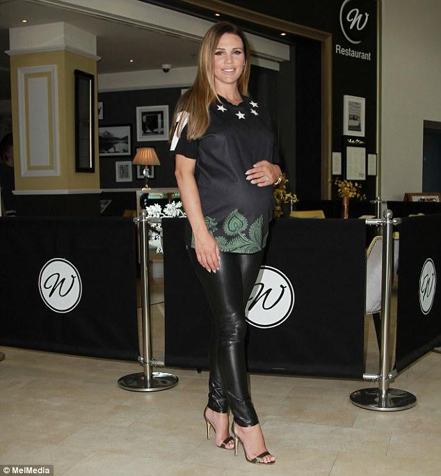 Danielle Lloyd xinh đẹp bế bụng bầu đi ăn tối tại Birmingham ngày 16/7 vừa qua