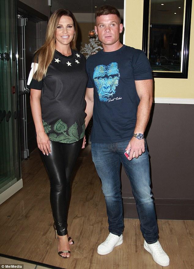 Người đẹp 33 tuổi sánh đôi bên bạn trai Michael O'Neill - 1 người kém cô 3 tuổi. Cận kề ngày sinh nở nhưng Danielle Lloyd vẫn đi sandal cao gót sành điệu