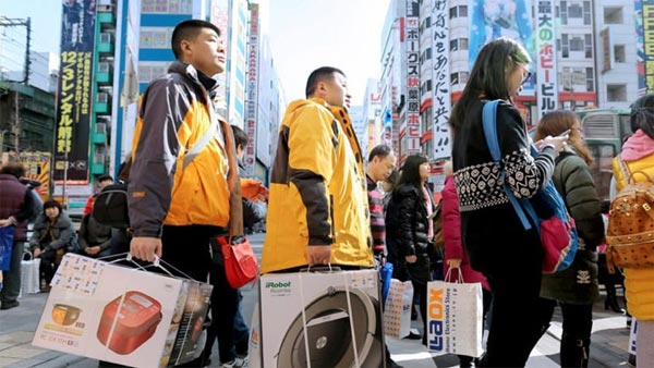 dân Trung Quốc đổ xô sang Nhật mua hàng