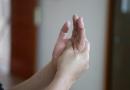 Thường xuyên bị run tay, nguyên nhân và cách chữa trị thế nào?