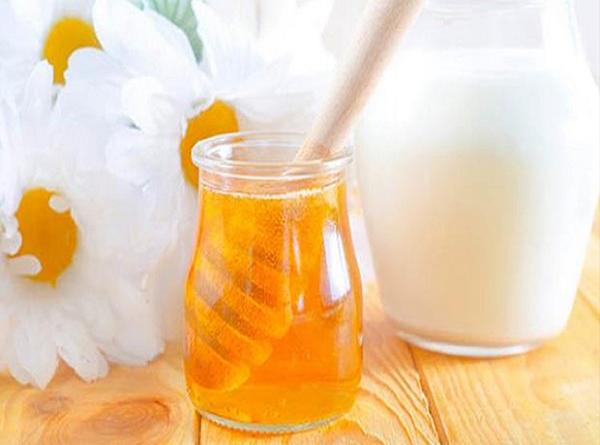 Làm đẹp da mặt bằng mặt nạ sữa chua mật ong