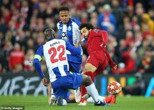 Salah may mắn thoát thẻ đỏ sau pha phạm lỗi thô bạo với Danilo